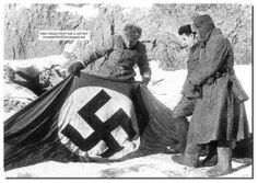 Russian soldiers find this Nazi flag during the Battle of Stalingrad / Soldados rusos encuentran la bandera nazi durante la batalla de Stalingrado .