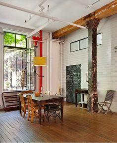 Industrial Loft industriel - poutres métalliques, tuyauterie apparente, briques et grandes parois vitrées.