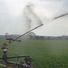 Diseño, tratamiento y aprovechamiento de purines para nutrir terrenos agrícolas. La gestión de los residuos ganaderos se hace mediante una preparación previa del terreno y su aplicación con sistemas de riego Pivot habilitados con aspersores de impacto especiales.
