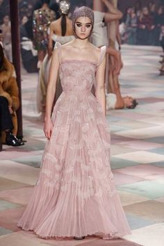 The complete Christian Dior Spring 2019 Couture fashion show now on Vogue Runway. Dior Haute Couture, Christian Dior Couture, Couture Week, Spring Couture, Style Couture, Christian Dior Dress, Couture Ideas, Christian Siriano, Fashion Weeks
