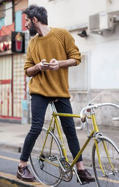 "Totally ""cas"": jumper, rolled hem trousers, shoes w/o socks- cycle attire to be copied ... (photo from on the corner)"