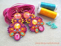 Tropical Vibe - kolczyki sutasz z kryształami Rivoli Swarovski - tutorial Rope Jewelry, Jewelry Design Earrings, Bead Jewellery, Fabric Jewelry, Diy Earrings, Earrings Handmade, Soutache Tutorial, Earring Tutorial, Embroidery Jewelry