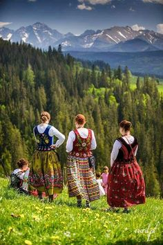 foto irart.pl, Tatry Piękne Miejsca /facebook Polish Clothing, European Dress, Beautiful Outfits, Beautiful Clothes, The Beautiful Country, Mode Inspiration, Black And White Photography, Trip Planning, Folk Art