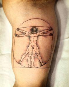 """Originelles Tattoo, das einem berühmten Kunstwerk nachempfunden wurde - """"Der vitruvianische Mann"""" von Leonardo da Vinci"""