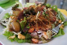 Saladerie: saladas fartas, criativas e apetitosas. Salada Simone de Beauvoir: Folhas verdes, quinua ao pesto de ervas com pistache, espaguete de pupunha, castanha de cajú, mini cebola caramelizada, crispies de alho poró e lula e camarão