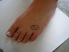 Discret tattoo signe cancer sur le pied