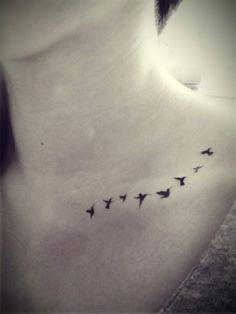 se faire tatouer des oiseaux en vol sur la clavicule