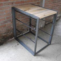 Industriële ladekast gemaakt van robuust staal en oude wagonplanken, inclusief vintage stalen bakken. Hoe gaaf is dat?!