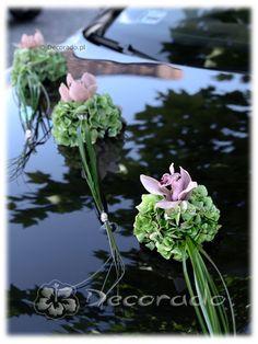 Leuke kleine bloemen toefjes voor de trouwauto met Hortensia en Cymbidium
