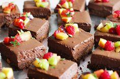 Torta de Chocolate Vegana com base crocante de cookie e creme de chocolate aromatizado com café, simples e fácil, mas cheia de notas e texturas :)