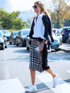 Sarah Rutson plaid skirt and sneakers Fashion Weeks, Street Style Looks, Street Style Women, Best White Shirt, White Shirts, Mode Ab 50, Fresh Outfits, Work Outfits, Fashion Gallery