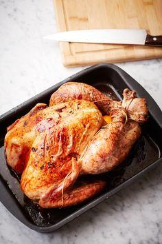 Recept på hel kalkon i ugn. Förbered stuffing, tillbehör och gräddsås när kalkonen står inne i ugnen. Stek kalkonen till 70–73° innertemperatur. Oftast blir bröstköttet klart först, börja därför med att ta av vingar och lår så kan de läggas in en stund extra i ugnen. Under tiden skär du loss bröstfiléerna och skivar dem. Recipe Box, Chutney, Hummus, Pesto, Food And Drink, Turkey, Favorite Recipes, Vingar, Celebration