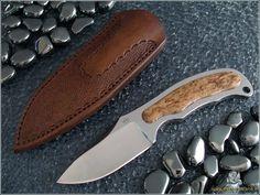 ST 438, RWL34 finito a specchio manualmente; lunghezza totale 164mm, lama di 70 x 7mm.  Manico in un sol pezzo di betulla finita a cera e fodero in cuoio duro da 3,5mm fatto e cucito a mano da me, decorato con punzoni autocostruiti e con chiusura a scatto tipo kydex. Kydex, Spade, Lama, Edc, Knives, Knife Making, Knifes, Every Day Carry