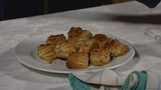 A tejben a fél teáskanál cukorral felfuttatjuk az élesztőt. French Toast, Muffin, Breakfast, Recipes, Food, Morning Coffee, Recipies, Essen, Muffins