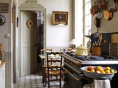 chic french cottage kitchen - detail above the door French Kitchen, Kitchen Inspirations, Houses In France, Kitchen Decor, French Interior, Kitchen Dining Room, Country Kitchen, Home Kitchens, French Country Kitchens