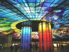 「世界で最も美しい駅」第2位にも選ばれた、高雄にある「美麗島駅」。世界最大のステンドグラスアートである「光之穹頂(光のドーム)」はいつ行っても楽しめますが、2015年から光のショーが行われるようになり、更に楽しみが倍増。一日3回行われる光のショーでは、直径30メートル、面積660平方メートルという世界最大のステンドグラスアートの色が幻想的に変わります。