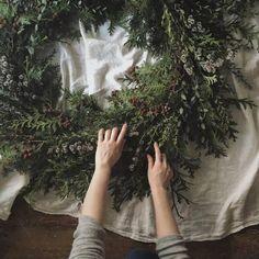 "manahana8: "". cypress wreath 🌲 檜とユーカリをベースに。 フレッシュの枝で作るの 新鮮で楽しい☺️ . . #listentonature #ltn_works #wreath #nature #christmas #xmas #greenlife """