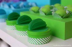 Festa Divertida Mente by Decore & Comemore // Mesa decorada papelaria e peças nas cores de cada personagem. Latinhas decoradas com fita decorativa e bola 3D, produtos de papelaria.