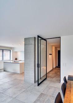 """Moderne stalen taatsdeur """"steel look"""" van Anyway Doors. Deze moderne deur wordt volledig op maat gemaakt van zwart geanodiseerd aluminium in combinatie met gehard glas naar keuze. Qua scharnier dient er niets in de vloer ingebouwd te worden, een serieus pluspunt waardoor het zowel in nieuwe als bestaande woningen toegepast kan worden. Opmeting & montage doorheen de ganse Benelux! #taatsdeur #stalentaatsdeur"""