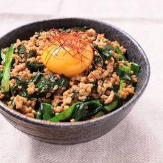 「ニラと豚ひき肉のピリ辛丼」の作り方を簡単で分かりやすい料理動画で紹介しています。パパッと作れる、ニラと豚ひき肉のピリ辛丼です。ニラと豚ひき肉なので、火が通りやすく、短時間で作れます!ピリ辛の味付けが、ごはんをすすめます。お酒にも合いますし、スタミナを付けたい時におすすめのレシピです!是非お試しください。