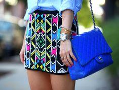 Pollera, estampa geométrica, colores vibrantes, negro, rosa, amarillo, celeste, verde,reloj, camisa, cartera, azul.