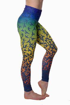 Härligt mönstrade tights i återvunnen polyesterlycra. Materialet är mycket stretchigt och har komposition 78% återvunnen polyester, 22% elastan. Byxorna har hög midja som kan vikas ner.Stjärnformad grenbit och alla sömmar är sydda med platt flatlocksöm för högsta komfort. Yogatightsen är länga i benen så även om du är l...