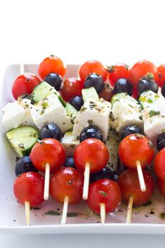 Only 4 ingredients and minimal prep! These greek salad skewers are crowd pleaser Greek Appetizers, Appetizer Recipes, Brie Appetizer, Greece Party, Greek Menu, Greek Dinners, Toga Party, Progressive Dinner, Greek Salad