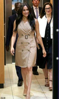 Her royal hairness! Windswept Duchess of Sussex meets screaming University of Johannesburg students before tonight's reunion with Harry as professor says duchess 'will inspire women because she is black' - Royal-Update Meghan Markle Suits, Estilo Meghan Markle, Meghan Markle Style, Princess Meghan, Prince Harry And Meghan, Trench Dress, Belted Dress, Smile And Wave, Beige Dresses