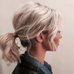 Messy lage staart Short Curly Updo, Mid Length Curly Hairstyles, Messy Ponytail Hairstyles, Short Hair Ponytail, Messy Short Hair, Work Hairstyles, Messy Lob, Curly Hair Styles, Casual Hairstyles