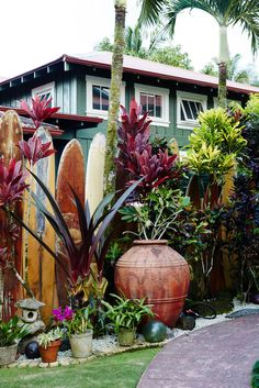 House beach exterior surf shack ideas for 2019 Hawaiian Homes, Hawaiian Decor, Surf Shack, Beach Shack, Beach Cottage Style, Beach Cottage Decor, Tropical Decor, Tropical Houses, Tropical Garden Design
