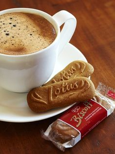 Biscoff- My favorite cookies ever! Biscoff Biscuits, Biscoff Cookies, Lotus Cookies, Lotus Biscoff, Gourmet Cookies, Delicious Deserts, Vegan Recipes, Vegan Food, Yummy Treats