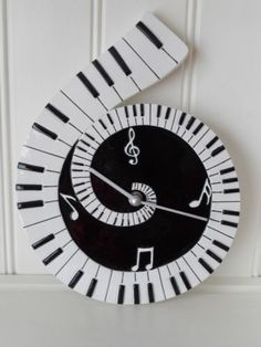 LOVE this clock! Would look great in our living room..                                                                                                                                                                                 Más