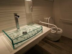 Detalle en lavamanos de cristal. Decoración Alado