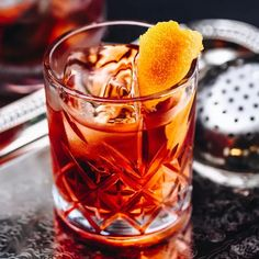 The Negroni is a popular Italian cocktail, made of one part gin, one part vermouth rosso, and one part Campari, garnished with orange peel. It is considered an apéritif. The Negroni and the Americano are known as the Red Martini. Italian Cocktails, Cocktails To Try, Classic Cocktails, Vintage Cocktails, Winter Cocktails, Fancy Drinks, Craft Cocktails, Negroni Cocktail, Tapas