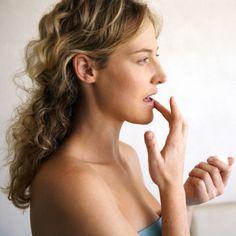 O frio, a poluição e o tempo seco, ajudam a ressecar os lábios e ainda por cima provoca o envelhecimento da pele da área. Portanto, usar os produtos certos para mantê-los protegidos é a melhor medida.