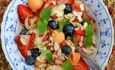Przepis na kaszę jaglaną z jagodami goji, masłem orzechowym i owocami