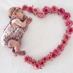 Monthly Baby Photos, Newborn Baby Photos, Baby Poses, Baby Girl Newborn, Newborn Shoot, Newborn Outfits, Erwarten Baby, Cute Baby Girl, Baby Born