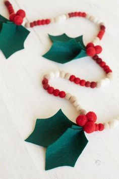 How sweet is this diy holly felt garland! This would be perfect for Sophie's teacher so she can have a little holiday cheer in her classroom year after year.