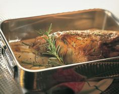 Lammgigot in Rosmarinmilch - Rezeptdatenbank - Swissmilk Turkey, Meat, Food, Browning, Milk, Recipes, Lamb, Turkey Country, Eten