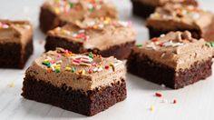 En saftig, søt og myk sjokoladekake. Denne kaken er en litt lysere variant med masse smak, og en nydelig sjokoladekrem med hint av espresso. Oppskriften en tilpasset langpanne, men kan også gjerne lages som cupcakes.