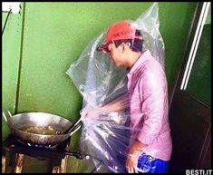 Quando non vuoi sporcarti mentre friggi!   BESTI.it - immagini divertenti, foto, barzellette, video