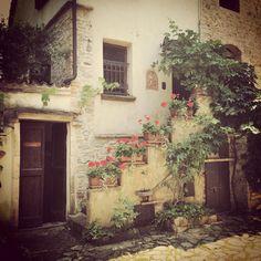Домики рядом с замкам очень колоритные, а ведь это обычный жилой дом) #blogville  #italy - Instagram by bigpictureru