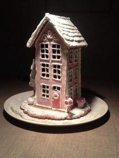 Pienet tyttötontut asuvat tässä vaaleanpunaisessa talossa, postilaatikossa odottavat joulukortit.