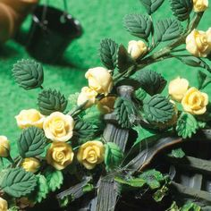 Climbing yellow roses on a positionable wired stem. Length 220mm  Part Number: 6072