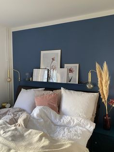 Emina's bedroom inspires us with the great wall color behind the bed! A great idea is to paint the picture bar in the same color as the wall. Modern Bedroom, Bedroom Decor, Ikea Bedroom, Bedroom Furniture, Feng Shui Bedroom, Design Your Dream House, Small Rooms, Wall Colors, Decoration