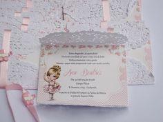 convite c/envelope rendado e fita de cetim e aplique <br>impresso em papel couche 230g <br>tamanho do convite 12 x 8,5 cm <br>Pedido minimo 30 pçs