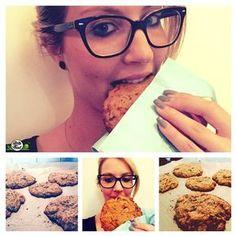 Ketogene Erdnussbutter Low Carb Cookies mit Schoko-Stückchen Keeekseee! Auch wenn ich kein blaues Fell und rollende Augen habe - sind Cookies ab und an meine Leibspeise.Ich esse sie weniger hastig als das Cookie Monster aber mache ihm sicherlich Konkurrenz im Krümeln. Ich bin auch fast immer hungrig und fordre, völlig unabhängig von aktuellen Gesprächsthemen Keeekseee! ;)[adrotate banner=6]Das schöne an dem High Fat Low Carb Lifestyle ist in meinen Augen, dass man Unmengen an Nussbutter ...