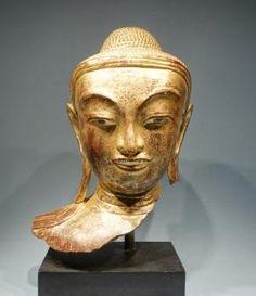 Tête de Bouddha au doux sourire de belle expression recueillie. Sculpture en laque dorée. Royaume d'Amarapura, Birmanie XVIIIeme. Ht. 35 cm Art Nouveau, Art Asiatique, Art En Ligne, Sculpture, Objet D'art, Amarapura, Buddhism, Oeuvre D'art, Statue