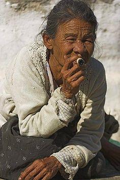 Between the villages of Nyaung U and Wetkyi-in, lady smoking sheroot, Bagan (Pagan), Myanmar (Burma)