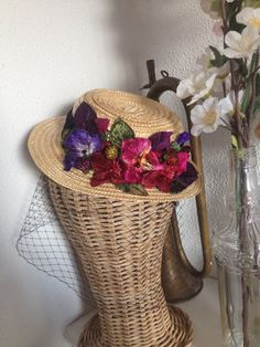 Mini canotier con flores de terciopelo de CarideNicolas Tocados